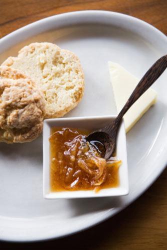 PAZARTESİ 1100 kalori   Kahvaltı 1 dilim beyaz peynir (az yağlı)  5-6 adet siyah zeytin 2 dilim esmer ekmek (kepekli)  1 tatlı kaşığı bal Domates - salatalık - biber -maydanoz Öğün analizi: 250 kalori  Ara öğün 1 büyük boy elma öğün analizi: 100 kalori  Öğle 1 iskambil destesi kadar biftek 3 yemek kaşığı bulgur 1 kase salata (1 tatlı kaşığı yağ ile)  Öğün analizi: 350 kalori