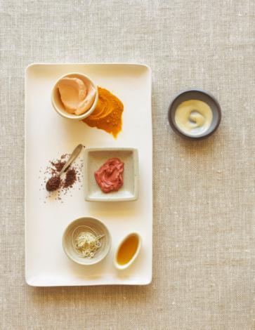 PERŞEMBE 1250 kalori   Kahvaltı 1 dilim beyaz peynir (az yağlı)  1 tatta kaşığı şekersiz marmelat 2 dilim esmer ekmek 2 tam ceviz Domates, salatalık, biber, maydanoz Öğün analizi: 270 kalori  Ara öğün 3 adet kayısı öğün analizi: 50 kalori  Öğle 6 yemek kaşığı etli nohut 1 tatlı kaşığı yağlı bol yeşil salata 1 kutu ayran Öğün analizi: 350 kalori