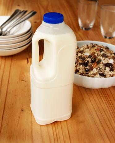 CUMA 1150 kalori   Kahvaltı 1 su bardağı yağsız süt 1 tatlı kaşığı kuru üzüm 4-6 yemek kaşığı yulaf 1 tam ceviz 1 tatlı kaşığı keten tohumu Yarım elma Öğün analizi: 300 kalori  Ara öğün 1 küçük boy elma öğün analizi: 50 kalori