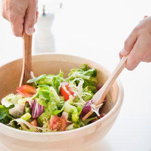 """Yıkamadan Salata Yemek  Gerçekler Doktor James Marsden, """"Yemek endüstri ürünleri, patejonik mikroorganizmalardan arınmak için çok çaba harcar"""" diyor. Ancak yapılan bir araştırmaya göre Amerika'daki E. Coli salgının paketlenmiş ıspanakla ilgili olabileceği düşünülüyor. Hastalıktan korunma ve önleme merkezleri yeşilliklerin soğuk suda yıkanması gerektiğini belirtiyor.  Aklınızda Bulunsun Eğer E. Coli bakterisi varsa, yaprakları sudan geçirmenin yeterli olacağına dair bir garanti yoktur. Daha fazla önlem için her farklı yiyeceğe dokunmadan evvel ellerinizi yıkayın. Aynı şekilde bıçaklarını ve kesme tahtası aralarını da yıkamayı unutmayın."""