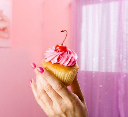 İşe pasta seçimiyle başlayın!  Bunun için pek çok alternatife sahipsiniz. Kendi başınıza ya da birkaç arkadaşınızla beraber oluşturabileceğiniz orijinal bir fikrin yanı sıra internette daha önce yapılmış parti sürprizlerini araştırarak, bunlardan da esinlenebilirsiniz. İşte bizden size birkaç öneri:  - Arkadaşlarınızın sayısı kadar, küçük küçük pastalar alıp bunların üzerine biter mum dikip, salonun belirli yerlerine koyabilirsiniz. Böylece arkadaşlarınızı, sadece mum ışıklarıyla aydınlatılmış salona ilk girdiğinde büyüleyebilirsiniz. Bu ortama, hem heyecan verici hem de romantik bir hava katacaktır.  - Başka bir alternatif olarak partinize davet ettiğiniz kişilerle olan fotoğrafları önceden bastırarak salonun duvarlarına asabilirsiniz. Günün önemli konularından biri de elbette ikramlar... Parti sırasında herkesin kendini kaybedip fazlaca yiyecek ve içeceği tüketerek, ardından pişmanlık duymasının önüne geçebilirsiniz. Hafif ama lezzetli kanepelerden ve kalorisi düşük içeceklerden oluşturulmuş bir mönü işinizi görecektir.