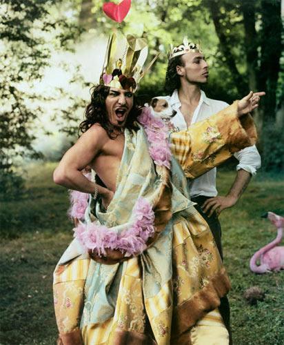 John Galliano & Alexis Roche Dior'un tasarımcısı, çılgın Galliano bir süredir Alexis Roche adında oldukça yakışıklı bir gençle görülüyor. İlk olarak 2003 yılında Vogue için Annie Leibovitz'in objektifine bir moda çekiminde birlikte poz veren ikili, son dönemlerde yaz tatillerini de birlikte geçiriyorlar. Henüz aşklarına dair açıklama yapmış olmasalar da, Galliano'nun koleksiyonlarından aşkla beslendiği her halinden belli oluyor.