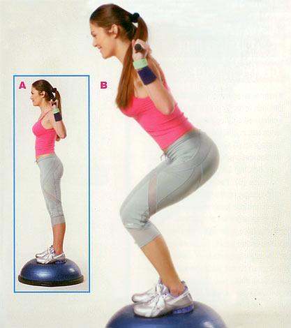 Bodybar'la bosu üzerinde squat İki ayağınızla birden bosunun üzerine çıkın, dengeli ve kontrollü bir şekilde durun. Vücut sıkı ve dik... Barı, ense bitiminde ve omuz başlangıcında tutun. Sırtın dikliğini bozmadan yavaşça, aşağı doğru dizler ayak parmak uçlarını geçmeyecek şekilde eğilin (Tıpkı bir sandalyeye oturuyormuş gibi, kalçayı yere yaklaştırarak). Hareketi rahat yapabiliyorsanız kalçayı daha da aşağı indirin. Bu şekilde kalça bölgesindeki kasları daha da etkili bir şekilde çalıştırmış olursunuz. Beli hassas olan kişiler bu egzersizi yaparken çok dikkatli olmalılar. Başlangıç pozisyonuna gelerek hareketi 15'er tekrardan oluşan 2 set halinde yapın.