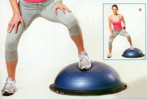 Bosu üzerinde yanlara squat Boşunun yanında durun. Bosuya yakın olan ayağınızı boşunun merkezine basarak squat yapın (Kalçayı yere doğru yaklaştırarak çömelin). Her iki dizinizin ayak parmak uçlarınızı geçmemesine dikkat edin. Önemli bir not daha; vücut ağırlığınızı boşunun üzerine koyduğunuz ayağınıza verin. Bu şekilde bosuya çıkıp inerek 20 tekrar yapın. Daha sonra diğer ayağınızla da egzersizi tekrarlayın.   Bu egzersizin bir alternatifini de daha hızlı uygulayarak, nabzı yükseltmeye yönelik olarak yapabilirsiniz. Bosunun üzerinde sağa ve sola doğru hareketli bir şekilde geçişler yaparak egzersizi hızlı olarak yapın.