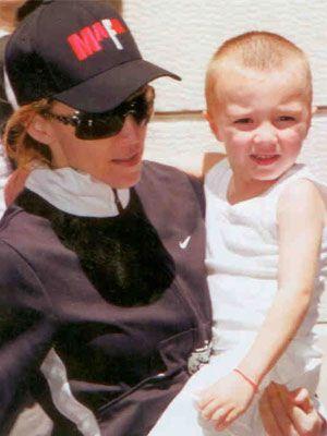 40 yaşında anne olan Madonna eski formuna kavuşarak kariyerine devam ediyor .