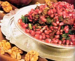 NAR SALATASI  • 2 adet domates  • 3 adet çarliston biber • 1 demet maydanoz  • 50 gr nane • 50 gr toz sumak  • 100 gr nar  • 1 çay bardağı zeytinyağı  • 1 çay bardağı nar ekşisi  Hazırlanışı:   Çarliston biber ve maydanoz çok ince doğranır. Sırasıyla toz sumak, nane ve nar ekşisi eklenir. Domatesler küp küp doğranır ve karışıma eklenir. Son olarak nar taneleri üzerine konur. Zeytinyağı ile tatlandırılır ve arzuya göre cevizle süslenerek servis yapılır.