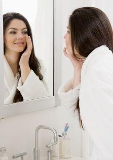 Temiz olmasına özen gösterin  Her akşam yatmadan önce göz makyajınızı mutlak temizlemelisiniz. Aksi takdirde, sabah uyandığınız rimel ya da far kalıntılarından dolayı hoş olmayan gözlerle karşılaşabilirsiniz