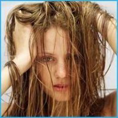 Şekle girmeyen saçlar  Regl döneminin saçları etkilediği bir gerçek. Bu dönemde saçlarınız hem kolay şekil almaz, hem de çabuk kirlenerek sizi rahatsız edebilir. Bu dönemde saçınızın kolay şekil almasını istiyorsanız, saçınızı her gün saç tipinize uygun bir şampuanla yıkayın.