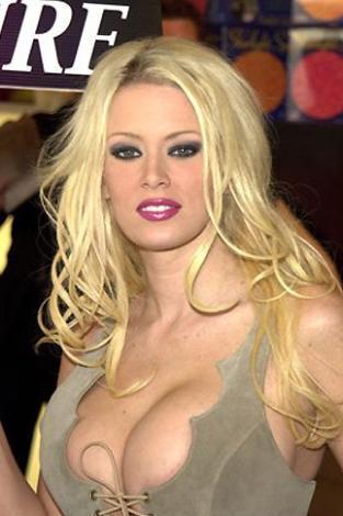 JENNA JAMESON  Son dönemin en ünlü ve en çok kazanan porno yıldızlarından biri Jenna Jameson. Madam Tussaut Müzesi'nde mumya heykeli bile konulan Jameson her ne kadar artık emekli olup yeni doğan bebeğini büyütüyor olsa da o porno sektörü sayesinde multi- milyoner oldu.