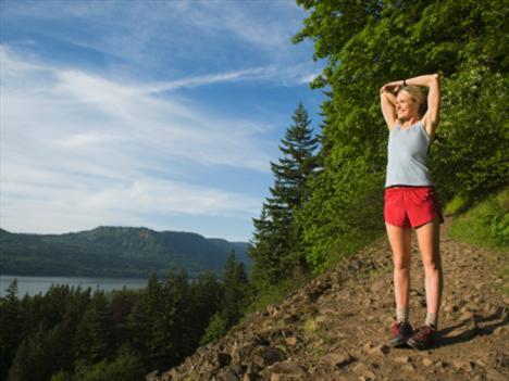 Jogging + yoga:  Dışarıda yavaş ve tempolu bir hareketle yürüyerek enerjiyi boşaltmak, ardından sakin bir yerde yoga yaparak zihni boşaltmak ve içsel durum ile vücut duruşunu düzeltmek... Bu kombinasyon hem formunuzu korumanıza yardımcı oluyor, hem de iç dünyanızı sakinleştiriyor.