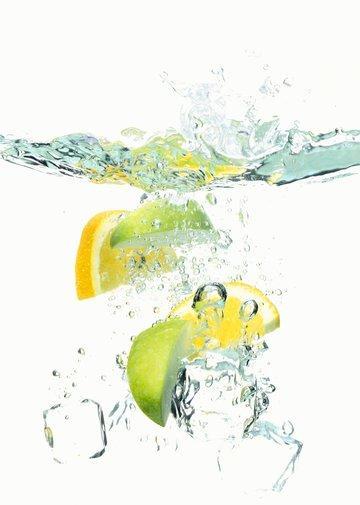 Pazartesi, sindirim sisteminizi çalıştırma günü Bu günün en önemli ödevi yataktan kalktığınız andan itibaren içebildiğiniz kadar limonata içmek.   Çünkü tıpkı su gibi, limon da sindirim sistemini çalıştırmak ve toksinleri vücudunuzdan atmak için oldukça yararlıdır. Ayrıca doğal bir iştah bastırıcıdır.   Yataktan kalkar kalkmaz taze sıkılmış limon suyu ve sıcak suyu karıştırıp için. Günün kalanı boyunca susuzluğunuza odaklanın. Gittiğiniz her yere yanınızda bir şişe su taşımak daha fazla su içmenize yardımcı olacaktır. Yemeklerde ve dışarı çıktığınızda bol bol su içmek iştahınızı biraz da olsa bastırmanıza yardımcı olacaktır.