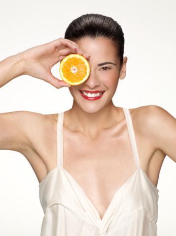 Salı, yağ yakma günü  Bu günün ödevi C vitamininden güç alarak istemediğimiz yağlarımızı yakmak.   C vitamini yağ yakma ve kilo kaybetme söz konusu olduğunda gerçekten çok etkilidir. İşe bakın ki C vitaminini genellikle düşük kalorili sebze ve meyvelerde bulabiliyoruz.   Gün içinde sürekli içtiğiniz limon suyunun yanında, günde en az 5 porsiyon sebze ve meyve tüketmelisiniz. Hedefinize ulaşmak için meyvelerin hepsini karıştırıp 5 porsiyon olarak ayırın, yoğurtla karıştırın ya da dondurarak tüketin. Ara öğün olarak çok acıktığınızda bunları tüketebilirsiniz.