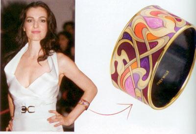 Ayelet Zurer'in renkli bileziği Herkes kırmızı halı için pırlantalı mücevherler seçerken Zurer rengârenk bir kelepçe bilezik takmayı tercih ediyor.  24 ayar altın ve mineli, bilezik, 1.825 TL Frey Wille (0216) 478 62 25