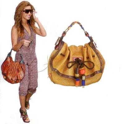 Beyonce'nin otantik çantası  Bohem rüzgarı hâlâ eserken Louis Vuitton'un Kalahari modeli Boyonce'nin kolundan düşmüyor.  Deri çanta, 6.650 TL Louis Vuitton (0212) 246 69 75