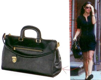 Demi Moore'un deri çantası Hanım hanımcık görünümünüzü Demi Moore'unki gibi keskin hatlı bir çanta ile pekiştirebilirsiniz.  Prada deri çanta, 2.030 TLBeymen (0212) 373 48 OO