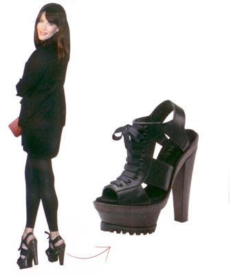 Liv Tyler'ın bağcıklı ayakkabıları Londra Moda Haftası'nda Burberry defilesinin konukları arasındaki Tyler'ın ayakkabılarından gözlerimizi alamadık.  Burberry deri ayaykabı 1.600 TL Burberry (0212) 241 5516