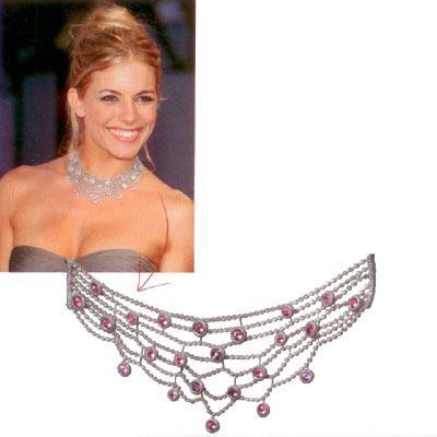 Sienna Miller'ın göz kamaştırıcı kolyesi Kırmızı halıda büyülemenin ve konuşulmanın bir yolu da mücevherlerden geçiyor. Sienna Miller da bu işi iyi biliyor.  18 ayar beyaz altın, 22.480 karat pembe safir ve 27.69 karat pırlanta kolye,  220.000 CHF  www.adler.ch
