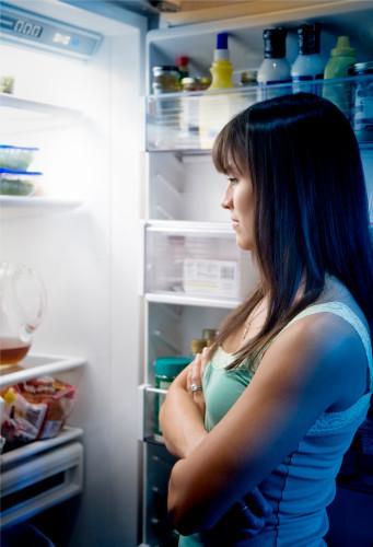 4) Aynı saatte yemek yememek Bilimsel olarak kanıtlanmasa da her gün aynı saatte aynı yemeğin yenilmesi de metabolizma hızını yavaşlatır. Bu nedenle yemek saatlerinizi biraz değiştirebilirsiniz. Örneğin, kahvaltı saatinde meyve yeme alışkanlığınız yok ise, bazı sabahlar meyve yiyin. Akşam yemeğinizi ise her gün aynı saatte olmasa da, 15-20 dakika kadar öne veya geri kaydırın.
