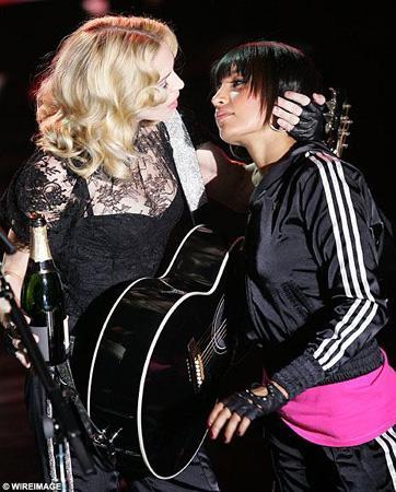 """Son albümü """"Hard Candy""""nin tanıtımı için Fransa'da sahneye çıkan ABD'li ünlü şarkıcı, Olympia tiyatrosundaki konserinde kendisine eşlik eden dansçı kızı öptü."""