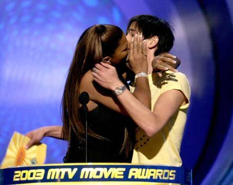 2003 MTV Müzik Ödülleri gecesinde Queen Latifah oyuncu arkadaşı Adrien Brody'i kameraların önünde öperken...