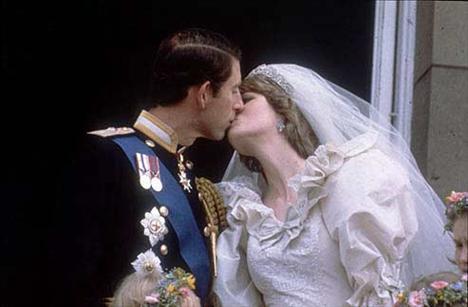 İngiltere Prensi Charles ile Prenses Diana'nın düğün gününde verdikleri bu görüntü hafızalara kazınmıştı...