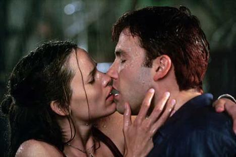 Hollywood'un ünlü çifti Ben Affleck-Jennifer Garner'ın beraber rol aldıkları 'Daredevil' adlı filmdeki öpüşme sahnesi çok konuşuldu...