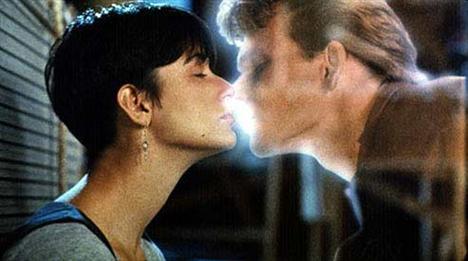 Başrollerinde Demi Moore ve Patrick Swayze'nin yer aldığı 'Hayalet' filmindeki unutulmaz öpüşme sahnesi...