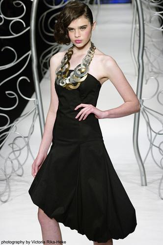 Siyah elbise birçok kadının dolabında olmazsa olmaz parçalardandır. Doğru seçilmiş siyah mini bir elbise, her zaman şıklığın garantisidir.
