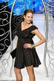 Şık ve zarif bir görünüm için siyah mini elbiseler - 3