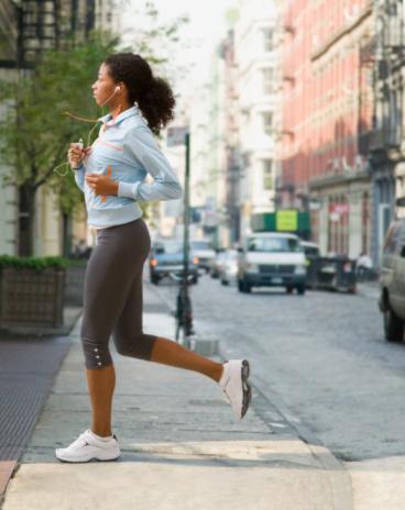KOŞARKEN...  Ayaklarınızı koruyun Koşarken ayaklarınıza binen yük 2-3 kat artar. Ayağa gelen şoku maksimum derecede absorbe edecek profesyonel bir çift koşu ayakkabısı ile hem ayakların fizyolojisini koruyabilir, yaralanmaları engelleyebilir, hem de performansınızı artırabilirsiniz. İyi bir koşu ayakkabısı, uç kısımdan esneyerek koşu sırasında ayak parmaklarının bükülmesine izin vermelidir.  Dolayısıyla koşu ayakkabısı alırken, ayakkabının ortadan değil, uç kısımdan esnemesine dikkat edin. Koşarken topuğun dönmesini engellemek için, ayakkabının topuğu arkadan desteklemesi de önemlidir. Ayrıca ayakkabının taban sertliğine de dikkat etmek gerekiyor. Profesyonel koşu ayakkabıları farklı kilolardaki koşuculara uygun taban sertliklerinde üretiliyor.   Arabalarla yarışmayın Eğer bir kavşakta bir araçla karşılaşırsanız durun ve önce onun geçmesini bekleyin. Unutmayın, onlar her durumda sizden daha hızlıdırlar!