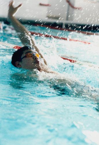 YÜZERKEN...  Sırtüstü yüzerken dikkat Sırtüstü yüzerken önünüzü göremezsiniz, bu da havuz kenarına çarpma riskini beraberinde getirir. Bunu önlemek için kapalı yüzme havuzlarında tavanda bulunan bayrak vs. tarz işaretleri dikkate alın. Açık ve kapalı havuzlarda genellikle havuz başlarına yaklaşıldığında kulvarları birbirinden ayıran plastik topların rengi farklılaşır. Bu da havuzun başına yaklaştığınız noktasında bir uyarıdır.   Trafiğe uyun O gün havuz kalabalık ve bir kulvarda iki kişi yüzmek zorundasınız. Bu durumda birbirinize çarpmadan yüzebilmek için uygulayabileceğiniz en akıllı yöntem trafikte araçların izlediği yolu izlemek, yani giderken de, dönerken de her zaman sağdan yüzmek olmalıdır.