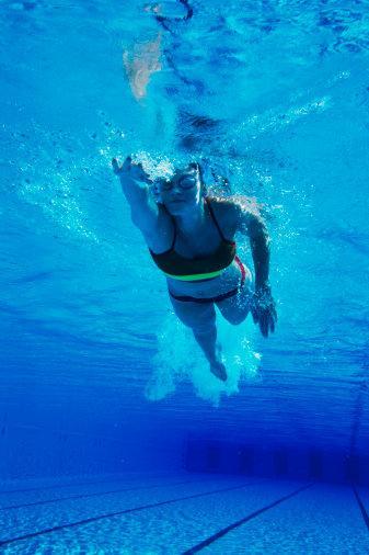 YÜZERKEN...  Önce ısının Yüzmeye başlamadan önce ısınma hareketlerine zaman ayırın.  Araştırmalar kaslar soğukken yapılan egzersizlerde yaralanma ihtimalinin çok daha fazla olduğunu gösteriyor. Bunun için 3-5 dakika arasında koşabilir, yürüyebilir, zıplama egzersizleri yapabilirsiniz. Isınmanın sonrasında da esneme hareketleri yapmakta fayda var.   Yalnız antrenman yapmayın Bomboş bir havuzda yüzmek pek de güvenli olmayabilir. Ne kadar iyi bir yüzücü olursanız olun, olası bir kramp ya da tansiyon probleminde sesinizi duyup size yardım edecek bir başkasının olması akıllıca bir güvenlik önlemidir.