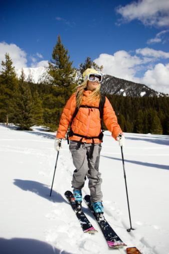 KAYAK YAPARKEN...  Forma girin Kayak öncesi yapacağınız egzersizlerle kaslarınızı güçlendirmek, dengenizi ve eklemlerinizin hareket kabiliyetini artırmak, yaralanmaları  kayda değer bir oranda azaltır. Yapılan araştırmalar kış sporlarında yaralanmaların en önemi sebebinin yorgunluk olduğunu ortaya koyuyor. Öncesinde hazırlandığınızda, kar üstündeki dayanıklılığınız artar, dolayısı ile ne kadar fitseniz kar üstünde kaza yapma riskiniz de o kadar düşer. Egzersizlere en az 6 hafta önce başlayın. Haftada 3 gün, birer gün arayla, kayak için gerekli kas gruplarını özel olarak çalıştırarak sizi kayağa hazırlayacak egzersizler yapın. Aralardaki günlerde ise bisiklet, yüzme, tempolu yürüyüş ve koşu gibi egzersizler yapın.