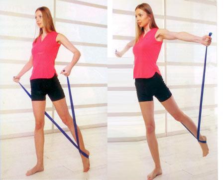 ARABESK Bacak, baldır, omuz ve sırt kasları için Elastik bandın ortasını sol ayağınızın altından geçirin ve ayağınızın üstünde çapraz yaparak ellerinizle bandın uçlarından sıkıca tutun. Sağ ayağınızı bandın arkasına alın. Kollar yanlara doğru hafifçe açık olsun. Bandın takılı olduğu sol ayağınızı bir adım arkaya atın ve parmaklarınızın üzerinde durun. Sağ bacağınızı dizden çok hafif kırın. Kollarınızı iki yana açarak bandın takılı olduğu sol bacağınızı vücudunuzun arka tarafından yukarı doğru kaldırın. Başlangıç pozisyonuna dönerek 10-15 kez tekrarlayarak bir seti tamamlayın. Elastik bandı diğer ayağınıza alarak, bir set de bu ayakla yapın.