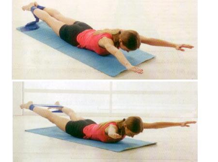 KEDİ PATİSİ Karın kasları için Sırt üstü yere uzanın ve bacaklarınızı yerden 45 derece havaya kaldırın. Elinizin ayası ile başparmaklarınızın arasına sıkıştıracağınız elastik bandı gergin bir şekilde kalçalarınız üzerinde tutun. Başınızı ve omuzlarınızı yukarı kaldırın ve sol ayağınızı sağ diz kapağınızın iç kısmına koyarken bandı baldırınıza doğru itin. Başlangıç pozisyonuna dönüp bu kez aynı hareketi sağ bacağınızla yapın. Bu bir turdu. Hareketi 10 tur tekrarlayın.