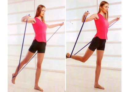 SALINCAK Bacak, kalça ve kol kasları için Ağaç egzersizinde olduğu gibi bandı ayağınızdan geçirin, her iki elinizle de uçlarından sıkıca kavrayın ve topukları birbirine bitiştirerek ayakta durun. Bandın takılı olduğu sağ ayağınızı yerden kaldırarak geriye doğru uzatın. Kollarınızı yukarı doğru kaldırın.   Kollarınızı ve gövdenizi olabildiğince sabit tutarak, bandın takılı olduğu sağ bacağınızı dizden kırarak yukarı doğru kaldırmaya çalışın. Bacağınızı hafifçe aşağı indirip, tekrar yukarı kaldırarak hareketi 10-15 kez tekrarlayın. Bacak değiştirerek 10-15 kez de diğer bacağınızla yapın.