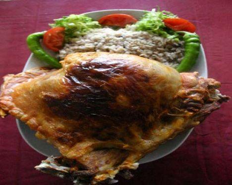 DİĞER BİR TARİF   KABURGA DOLMASI   Malzemeler:  1 adet mümkün olduğu kadar az yağlı koyun kaburgası, 2 adet orta büyüklükte kuru soğan, 1 adet koyun böbreği, Çeyrek koyun karaciğer, Yarım su bardağı ayıklanmış pirinç, 2 yemek kaşığı ayıklanmış dolma fıstığı, 2 yemek kaşığı tereyağı veya margarin, 1 yemek kaşığı ayıklanmış kuşüzümü, yeterince tuz, dilediğiniz oranda karabiber  Hazırlanışı:  Kaburga kemiği ile etli dokuyu keskin bir bıçak yardımıyla birbirinden ayırarak, kaburgalar üzerinde bir cep oluşturalım. Uygun büyüklükte bir tavada tereyağını veya margarini eritip, küp şeklinde doğranmış kuru soğanları ve fıstıkları pembeleşene kadar kavuralım.   Kavurduğumuz malzemelerin içine, nohut iriliğinde doğranmış böbrek ve ciğerleri ekleyerek suyunu bırakıp çekene kadar kavurmaya devam edelim. Tavaya önceden yıkanmış olan pirinçleri de katarak şeffaflaşana kadar tekrar kavurmaya devam edelim. Kuşüzümlerini, tuzu, karabiberi ekleyip ateşin üzerinde 1-2 defa daha çevirdikten sonra ocaktan alalım.   Hazırladığımız bu pirinçli harcı kaburganın cep gibi açılan boşluğuna dolduralım. Kaburganın açıkta kalan kısmını temiz bir ip yardımı ile dikip, basınçlı bir tencereye yerleştirelim. Kaburganın yarısına gelecek kadar sıcak su ve tuz ilave ederek, ağır ateşte, kaburganın etli kısmı yumuşayana kadar pişirelim. Kaburga dolmasını delikli kepçe ile alıp fırın kabına yerleştirelim. Önceden 200 derecede ısıtılmış fırında, kaburganın üzeri nar gibi kızarana dek pişirelim. Fırından alıp dilimleyerek servis yapalım.