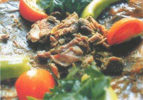 İNCİK KEBABI - 4 kişilik Malzemeler:  2 adet domates, 2 adet yeşil biber, 1 adet incik eti  Hazırlanışı:  Koyun, kuzu ve keçinin bacak etlerine incik denir. Kemikli olarak salçalı suda haşlanır. Haşlama esnasında suyu çektirilir, tereyağında kızartılır. Közlenmiş biber, domatesle servis yapılır.