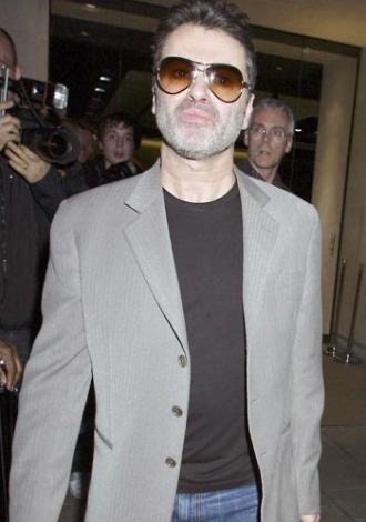 Ünlü şarkıcı George Michael, Beverly hills'te tuvalette sevişirken yakalandı. Ama onun skandalı bununla sınırlı değil. Michael yıllar sonra da bu kez de ormanda bir kamyon şoförüyle sevişirken yakalandı.