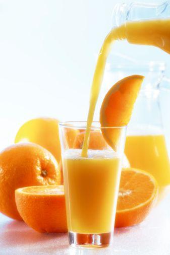 1. AŞAMA Bağışıklık sistemi zayıflıyor Kendimizi hala sağlıklı hissediyoruz. Ancak işin gerçeği şu ki, kış günlerinde güneş ışınlarından daha az faydalanabildiğimiz için bağışıklık sistemimiz gücünü yitirmeye başlıyor ve yaz mevsiminde olduğu kadar güç gösterisinde bulunamıyor.   Ne yapabilirsiniz? Bağışıklık sistemini güçlendirdiği için C vitamininden zengin besinleri, günde en az 2 kez birer porsiyon, hatta daha fazla tüketin. Domates de içeriğindeki likopen sayesinde bağışıklık sisteminin virüslerle savaşmasına yardımcı oluyor. Bu nedenle günde bir bardak domates suyu için: 100 ml domates suyunu 1 adet greyfurt suyu ile karıştırın. Limon suyu, ketçap ve karabiber ile tatlandırın. Bezelyenin içinde bolca bulunan bakır ve susam ile kabak çekirdeğinde yer alan demir de bağışıklık sisteminizin güçlenmesine katkıda bulunuyor. A vitamininden zengin patates veya kayısı da burun mukozasını virüslere karşı koruyabilecek etkiye sahip. Bu etkileri nedeniyle de soframızda her zaman bulunmayı hak ediyorlar.