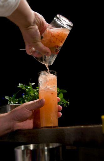 BAKARDİ AĞIRLIKLI Bacardı Coctail  Malzemeler: 30 ml Bacardı  15 ml saf limon suyu 7 ml Grenadine Yumurta akı (Seçime bağlı) Buz  Hazırlanışı: Malzemeleri shaker'da karıştırdıktan sonra kokteylinizi servise sunabilirsiniz. Garnitür olarak vişne kullanın.