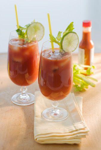 VOTKA AĞIRLIKLI Bloody Mary  Malzemeler:  30 ml votka 120 ml domates suyu Tuz ve karabiber 10 damla Tabasko sosu 10 damla Worcestershire sosu 10 damla limon suyu Buz  Hazırlanışı: Önce votka, sonra sırasıyla tuz, biber, Tabasko sosu, Worcestershire sosu, limon suyu ve buzları bardağa koyup özel kokteyl kaşığı ile karıştırın. Daha sonra üstüne domates suyu ekleyip tekrar karışıtırın. Garnitür olarak kereviz sapını kullanın.