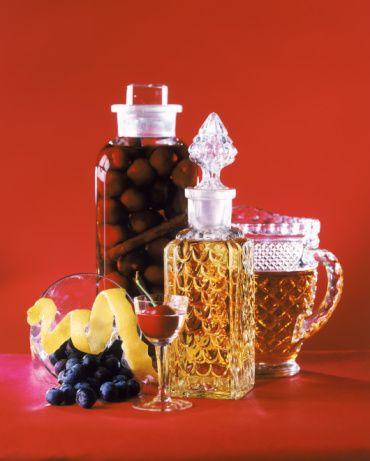 VOTKA AĞIRLIKLI Black Russıan  Malzemeler: 30 ml Votka  30 ml Kahlua Cola (Seçime bağlı) Buz  Hazırlanışı: Bardağa bir kepçe buz koyun, üstüne votka ve kahlua ekleyin. Kalan kısmı da cola ile tamamlayın.   Mahmure Editörü: Betül Marangoz