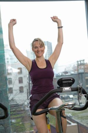 Kaslarınızda bir yanma ya da çekilme hissettiğinizde elbette ki küveti sıcak suyla doldurup, içinde dakikalarca uzanabilirsiniz ama bu yapacağınız en iyi şey olmaz. En iyisi ateşe ateşle karşılık vermek, yani daha fazla spor yapmak. Bisiklete binmek ya da koşmak gibi çok fazla yormayan sporlar, ağrılarınızı çok daha çabuk yok edecektir.