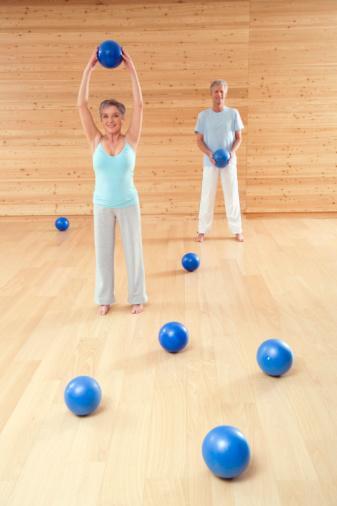 Triceps fırlatma (arka kol, pazu, omuz ve karın)  Arada bir adım mesafe bırakarak, bir duvara yüzünüzü dönün. Topu, ilk harekette tarif edildiği gibi başın arkasında tutun. Üst kolları sabit tutarak, ön kolları doğrultun ve topu duvara fırlatın. Topu yakalayın ve kollarınızı başlama pozisyonuna indirin.