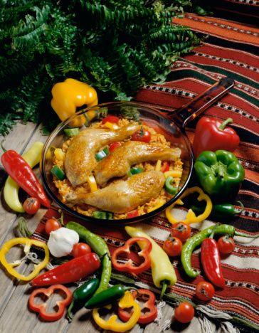 Kırmızı Biberli Tavuk (4 kişilik)  Malzemeler:   4 parça tavuk, derili  15 gr margarin veya tereyağı  500 gr soğan, ince doğranmış  1 diş sarımsak, ezilmiş  1 yemek kaşığı tatlı toz kırmızı biber  Tuz ve karabiber  150 ml tavuk suyu, kaynar halde  150 ml krema  Taze soğan  Hazırlanışı:   Fırını 18O C'ye ısıtın. Büyük ve derin olmayan bir güveçte margarini eritin.  Soğan ve sarımsağı ekleyip güvecin kapağını kapatın. Yaklaşık 45 dakika, soğan ve sarımsak kahverengi bir püre haline gelinceye kadar, pişirin. Hafifçe ateşi yükseltin. Tavuk parçalarını, kırmızı biberi tuz ve karabiberi ekleyin. Güvecin kapağını kapatıp yemeği fırında 45 dakika pişirin. Zaman zaman, tavuk kurumaya yüz tuttukça sıcak olarak tavuk suyundan ekleyin. Kremayı bir kapta ısıtın, ama kaynatmayın. Tavuğun üstüne döküp taze soğanla süsleyin ve servis yapın.