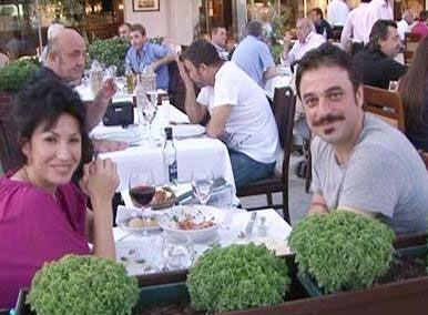 Oysa Özkan gerçek hayatta eşi Nazan Özkan ile mutlu bir evlilik sürdürüyor.