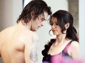 Aynı zamanda Kıvanç Tatlıtuğ'un oynadığı Behlül ile yasak aşk yaşıyor.