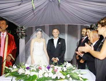 Saraçoğlu da kısa bir süre önce tiyatro sanatçısı Mümtaz Sevinç'in kızı Şirin ile dünyaevine girdi.