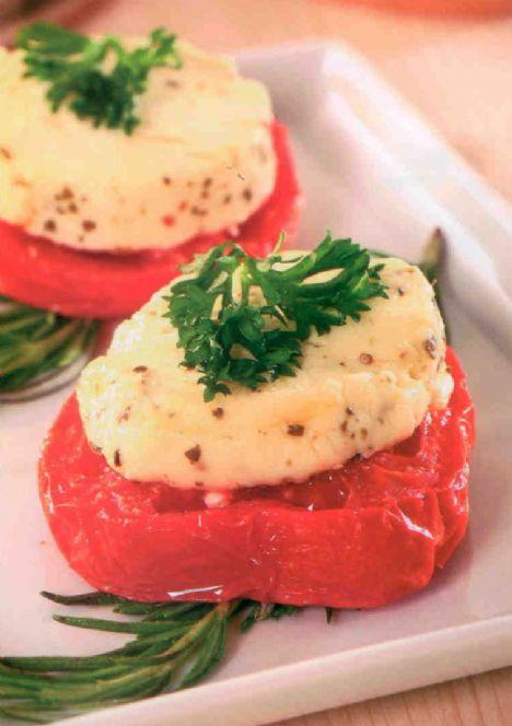 Keçi Peynirli Domates  Malzemeler:  2 domates   150 gr biberli keçi peyniri  1 çorba kaşığı zeytinyağı   Tuz          Süslemek için: Maydanoz  Hazırlanışı: Domatesleri yıkayıp kurulayın. Enlemesine 2 cm kalınlığında dilimleyin. Zeytinyağına tuzu ilave edip, domates dilimlerinin üzerine sürün. Fırın ızgarasında önlü arkalı hafifçe pişirin. Biberli keçi peynirini dilimleyin. Domatesleri fırından çıkarın, peynirleri domates  dilimlerinin üzerine paylaştırın. Tekrar fırına sürün. Peynirler, kenarlardan hafif kızarıncaya kadar pişirin. Maydanoz ile süsleyerek servis yapın.